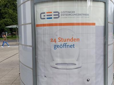 Denkste! Diese Toilette am ZOB Göttingen ist dauerhaft geschlossen anstatt 24 Stunden geöffnet. Es wird nur der Anschein erweckt, dass man sich hier erleichtern kann.