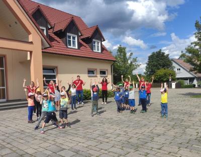 Die Musikkapelle Gabelbach mit den am Ferienprogramm beteiligten Kindern