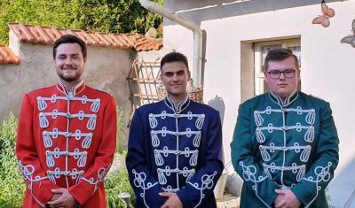 Foto zur Meldung: Neue Husarenuniformen für die Nazzaer Kirmesgesellschaft e.V.