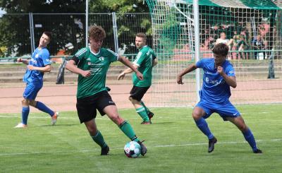 Abwehrspieler Max Köppen ( grünes Trikot ) zeigte in den Demminer Testspielen durchweg starke Leistungen