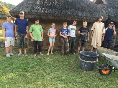 Foto zur Meldung: Junge Archäologen im LehmbauCamp in Groß Raden