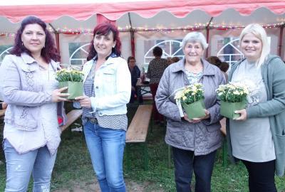 """Sandra Noack (l.) dankte Madline Gardy, Christel Baruck sowie Doreen Kuba (v. r.) für ihre Unterstützung bei den Dreharbeiten für die Fernsehsendung """"Luzyca"""""""