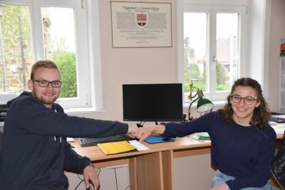 Übergabe der Aufgaben im Gemeindebüro von Timo an Henrike