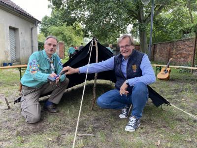 Pfarrer Grosser (l.)  und Jürgen Riecke beim Zeltaufbau (Foto: F. Dorn)