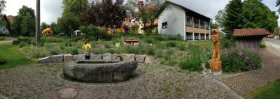 Dorfmitte in Bergalingen mit Wildbienen-Palettenhäuschen und Bergalinger Löwen
