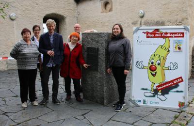 Vorstand, Mitglieder und Gäste bei der Freigabe des Eiszeit-Panoramas am Eiszeitstein auf der Osterburg