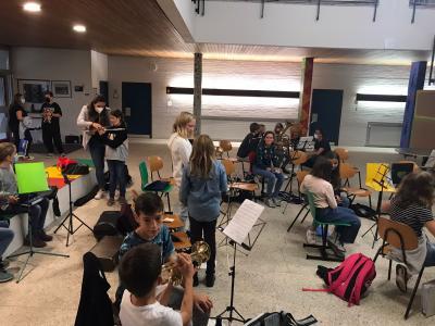 Erfolgreiche Offene Starter-Kids Probe und Instrumenten schnuppern