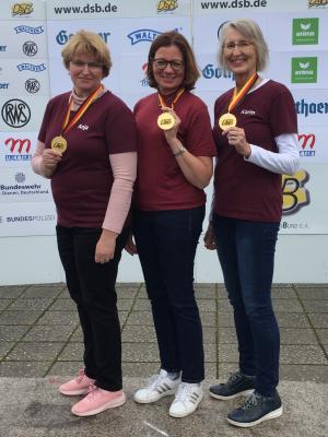 v.l. Anja Linn, Nicole Matenia und Karin Knapp zeigen stolz ihre Goldmedaillen