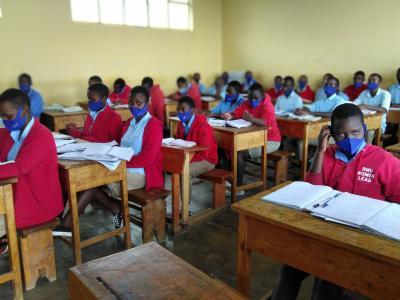 Schülerinnen und Schüler der Ecole Secondaire Kirinda mit Masken im Unterricht