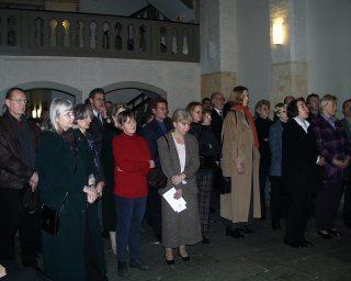 Zuhörer bei der Ausstellung 2002