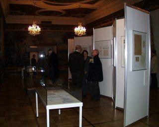Frau Verroen mit Besuchern der Ausstellung