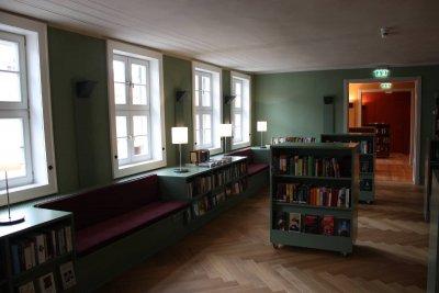 In der Erwachsenenbibliothek