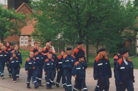 Mai 2003 Marsch der Jugendwehren der Gemeinde Plattenburg durch das Dorf