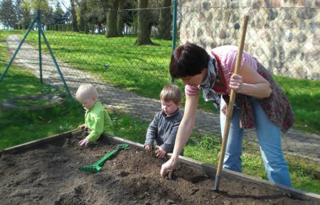 Kinder bepflanzen ein Beet