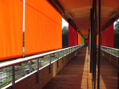 umlaufender Balkon und Sonnenschutz