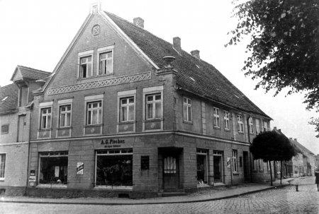 1912 kaufte August Stüdemann das Grundstück Markt 2 vom Sattler Krüger