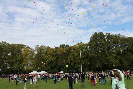 Die Luftballons werden freigelassen.