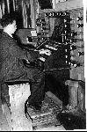 Der Entdecker der Orgel Theodor Peine 1950 am Spieltisch