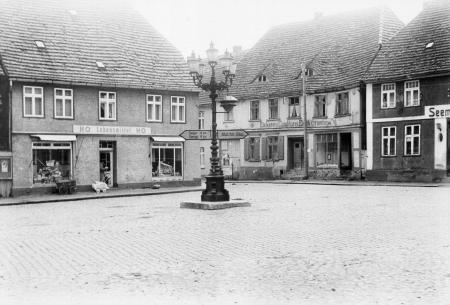 Der Marktplatz mit dem alten Gaskandelaber (etwa 1960)