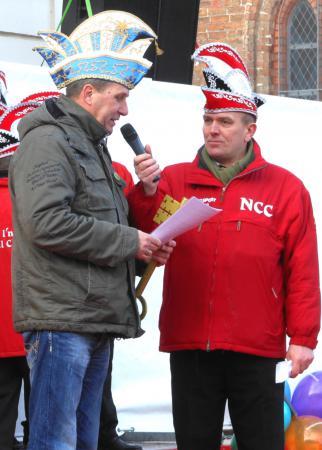 Bürgermeister Willi Voß übergibt symbolisch den Rathausschlüssel
