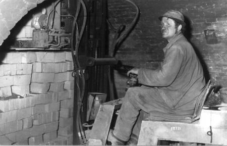 Emil Neusser mit seinem Gabelstapler (1)