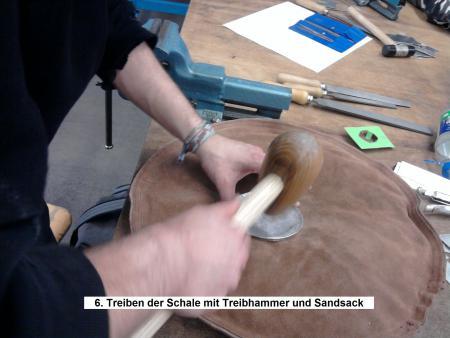 6. Treiben der Schale mit Treibhammer und Sandsack.jpg