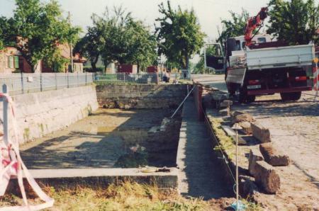 Die Sanierung des Feuerlöschteiches im Dorf im Jahr 1997