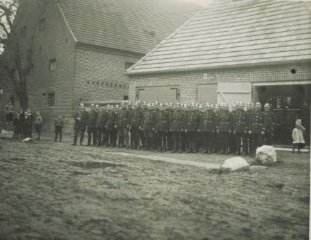 Die Feuerwehr vor dem neuen Spritzenhaus. Aufnahme von ca. 1936