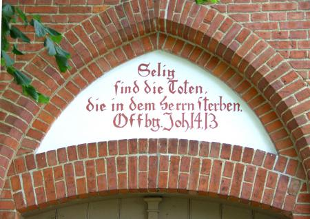 Inschrift über dem Eingang zur Friedhofskapelle in Schlakendorf