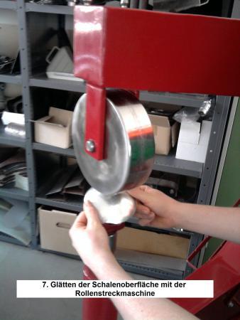 7. Glätten der Schalenoberfläche mit der Rollenstreckmaschine.jpg