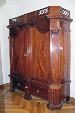 Kleiderschrank , um 1780, Mahagoni.jpg