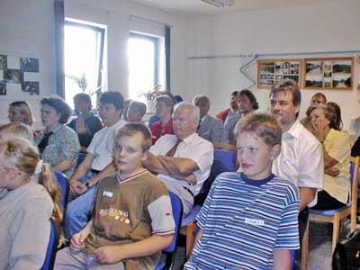 Aufmerksam folgen die Gäste den Ausführungen der Kinder