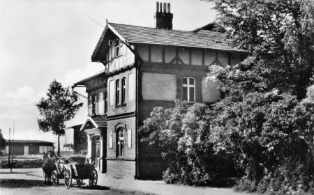 Das Bahnhofsgebäude auf einer Ansichtskarte von 1957