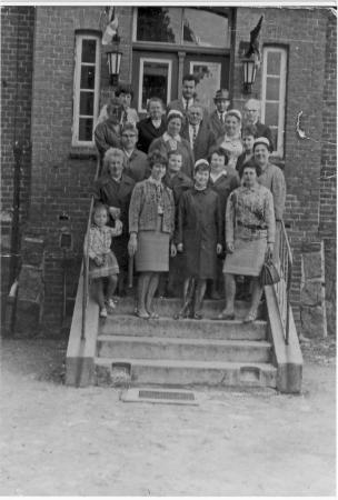 1968 vor dem Krankenhaus (oben in der Mitte Dr. Grünwoldt)