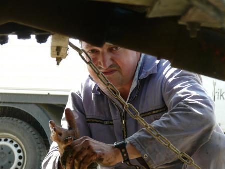 Andreas Eisenschmidt wartet Maschinen und Technik in der Werkstatt