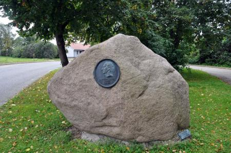 Abb. 11 Gedenkstein zur Erinnerung an Albrecht Daniel Thaer in Möglin