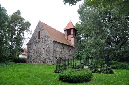 Feldsteinkirche in Möglin mit dem Thaergrab