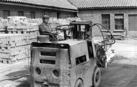 Emil Neusser mit seinem Gabelstapler (2)