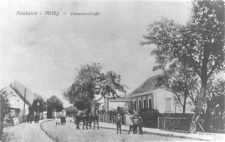 Haus des Ackerbürgers Gustav Clasen, Chausseestraße 35 (rechts) auf einer Ansichtskarte um 1916