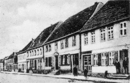 Der Gasthof von August Seemann auf einer Ansichtskarte von 1901 oder etwas früher (Bildmitte)