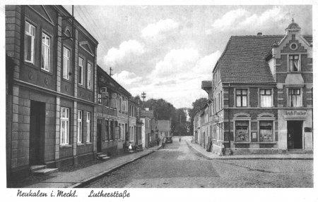 Das Geschäft des Kaufmanns Ulrich Fischer auf einer Ansichtskarte um 1937 (rechtes Gebäude)