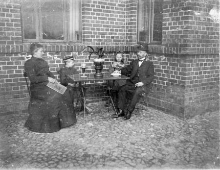 Familie Nicolai vor dem Bahnhofsgebäude, um 1910