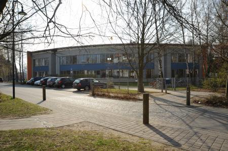 Schulhaus_Strassenansicht
