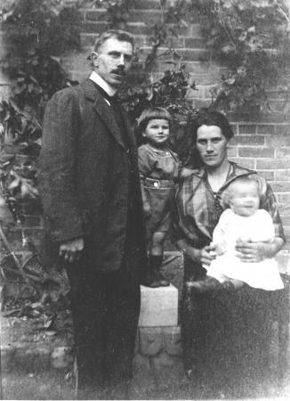 Der Schöpfer des Kriegerdenkmals Steinmetzmeister Georg Behrendt mit seiner Frau und den beiden Kindern um 1922