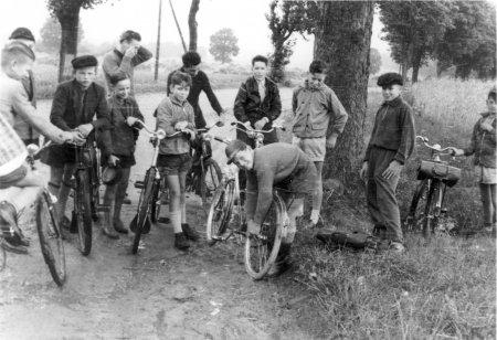 Fahrradfahrt zu den Ausgrabungen in Behren-Lübchin mit Pastor Theuerkauf am 22.7.1959 (1)