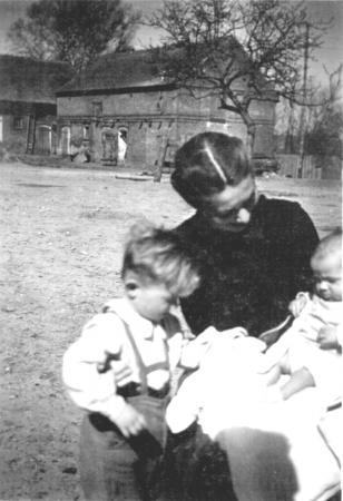 Frau Otto mit ihren beiden ältesten Kindern 1942