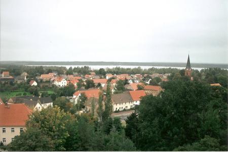 Blick vom Roten Turm – im Hintergrund die Kirche