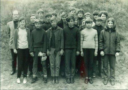 ca Klasse 8 ca 1970 mit Herrn Markert.jpg