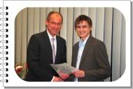 Bürgermeister Roland gratuliert Christian Gude