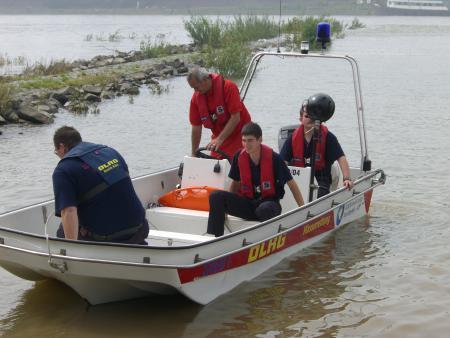 Drei Strundener Kameraden und ein Kollege vom DLRG auf dem Rettungsboot